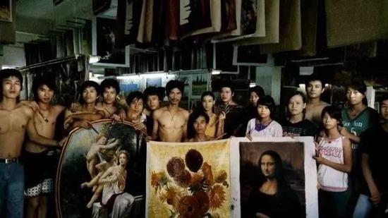 ▲来自潮州的画师周永久和他的弟子们。