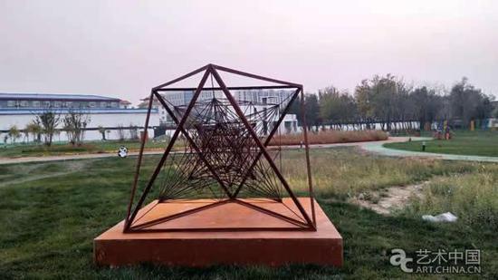 王成普作品《√2于空间-J3 》  300×200×200cm 铁