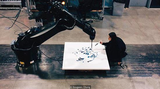 愫君的艺术展示了艺术家和她的机器风格自然结合 图片来源:愫君