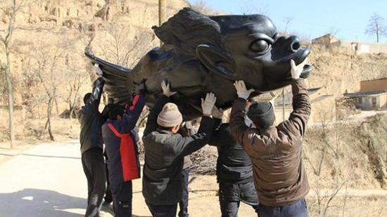 当年,村民们将靳勒的雕像《鱼人》竖立到村口的小广场上。胡建强供图