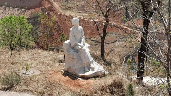 """村西头有一座汉白玉女性雕像,叫""""村庄母亲""""。新京报记者 王巍 摄"""