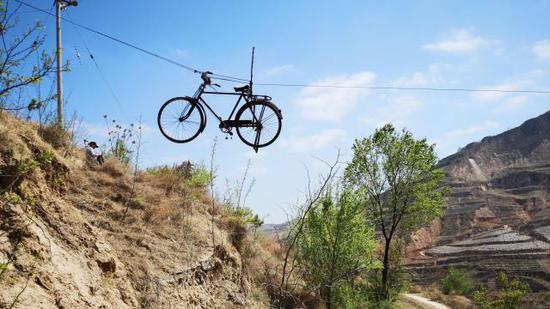 挂在空中的自行车。新京报记者 王巍 摄
