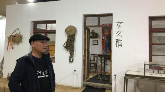 靳勒在女女馆前。新京报记者 王巍 摄
