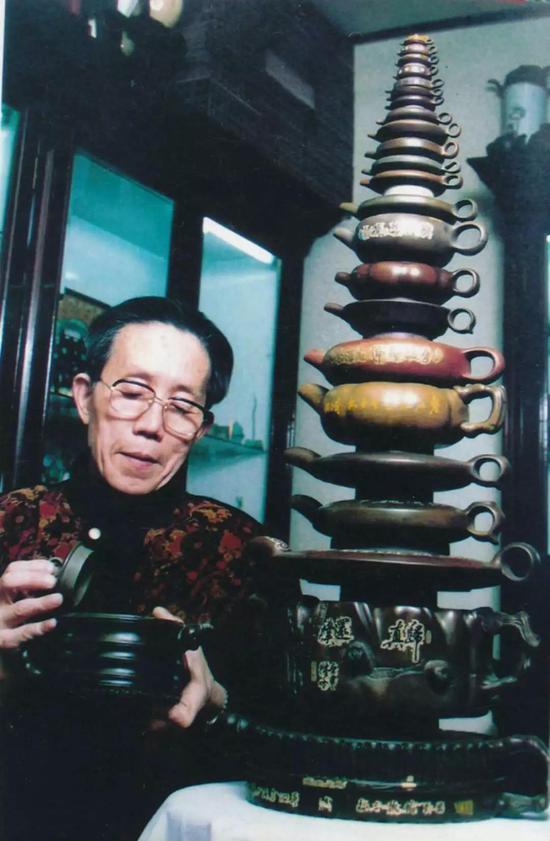 """""""岁寒三友束柴壶""""是周长兴石壶作品的代表作之一。"""