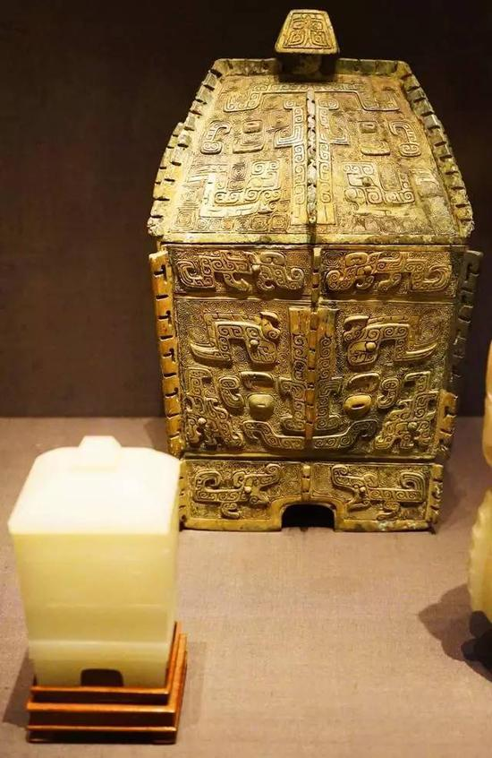 方彝(青铜礼器)及带盖容器 商,公元前12世纪;清,18世纪