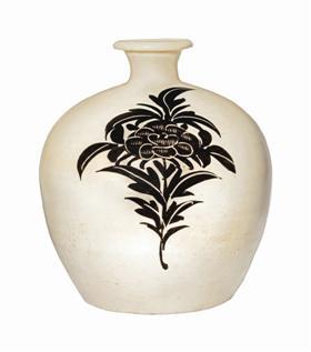 北宋—金磁州窑白地黑花牡丹纹小口瓶,估价6万—8万美元