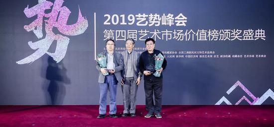 拍卖史研究专家赵榆为获奖嘉宾颁奖