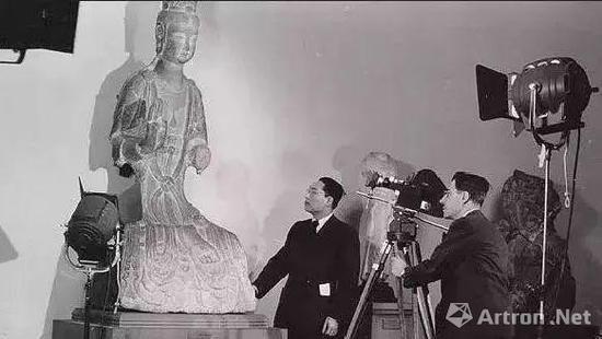 翁万戈与摄影师斯坦纳在博物馆(约1950年)