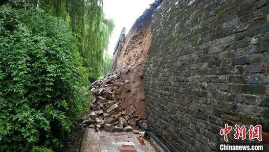 降雨导致湖北襄阳古城墙东段中部墙体发生局部垮塌