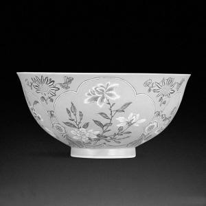 ■清康熙粉红地珐琅彩花卉纹碗。