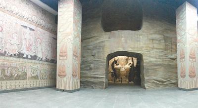 在青岛城市传媒广场3D打印的云冈石窟第三窟外景和壁画。资料图片