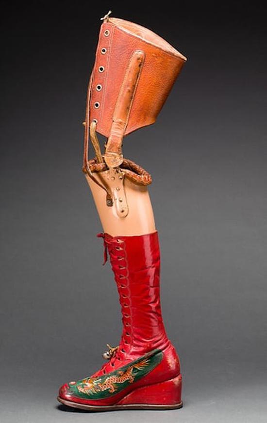 套着红皮长靴的假肢
