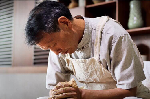 大国工匠李廷怀现场演示精湛的汝瓷制作工艺
