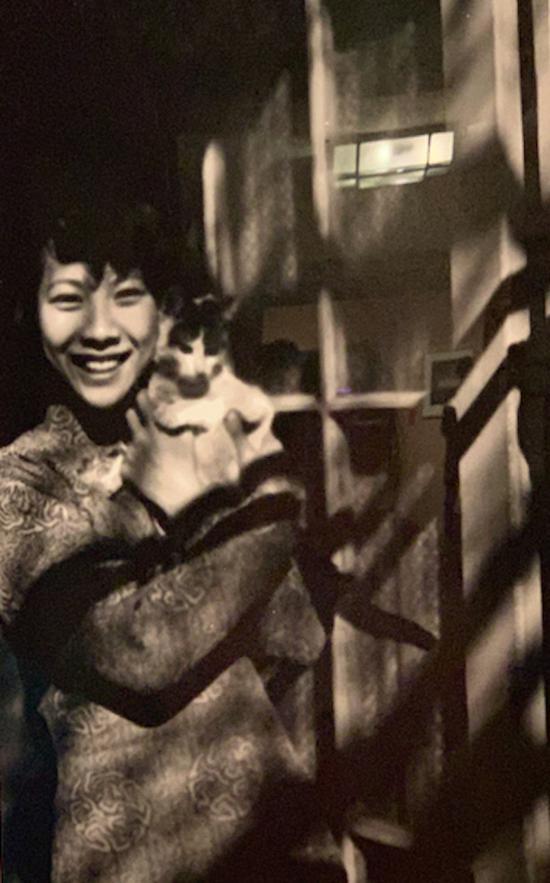 一位女子抱着宠物猫留影