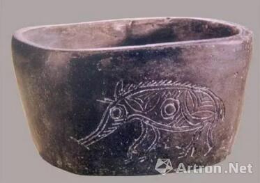 ▲猪纹黑陶椭圆形钵,新石器时代河姆渡文化,浙江省博物馆藏