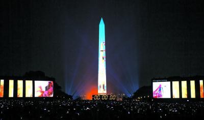 """""""土星五号""""火箭影像投射在美国首都华盛顿的方尖碑上。"""