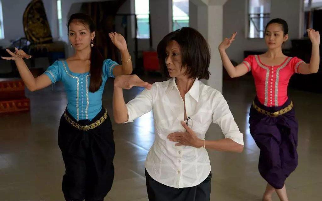帕花黛维公主(中)在教授天女舞。图/视觉中国