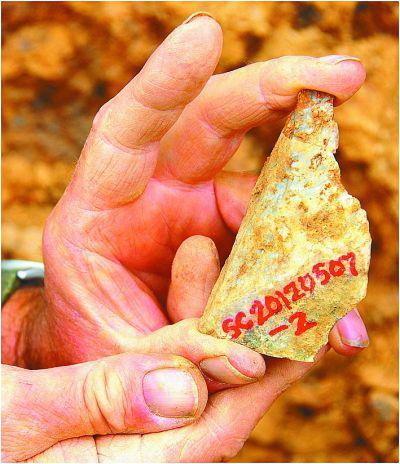 在蓝田上陈村一带第27层古土壤中取出的石器近景。资料图片