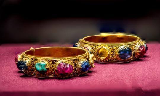 明代嵌宝石金镯