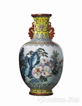 清乾隆瓷胎洋彩黄地锦上添花莲纹长春百子图双龙耳瓶,成交价6647.5万港元