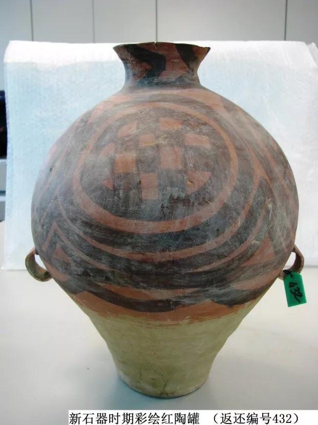 这是汉代彩绘茧形壶(返还编号362),图案为对称几何纹。