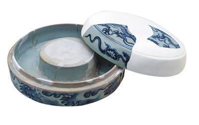 1988年江西省景德镇市珠山麓风景路遗址出土的青花云龙纹砚盒。