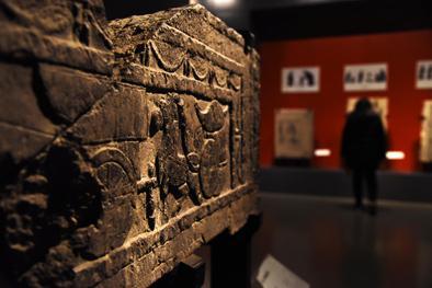 ▲2月6日,参观者在山东博物馆内参观汉代画像艺术展。