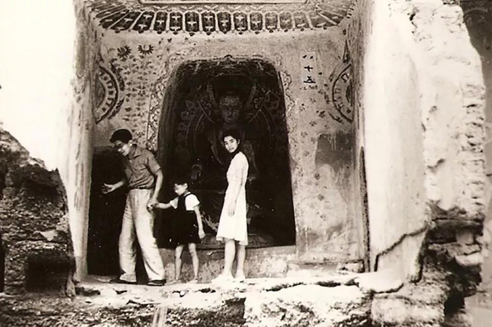 常沙娜与父亲常书鸿、弟弟常嘉陵在莫高窟内