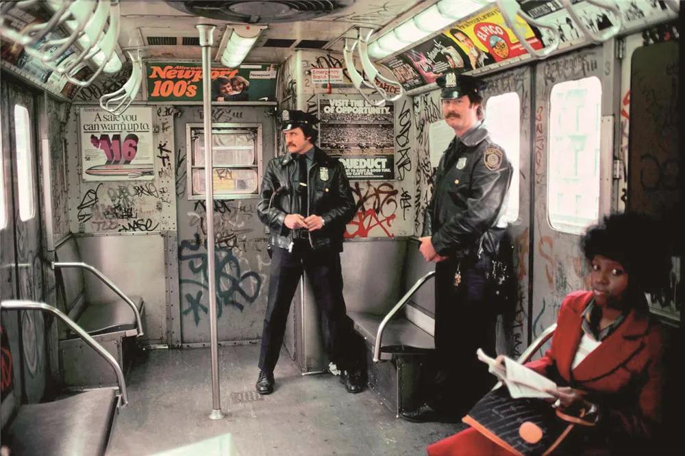 20世纪80年代 纽约地铁车厢中的涂鸦卢卡斯·康潘/摄
