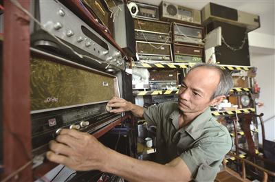陈清祖展示他收藏的收音机。