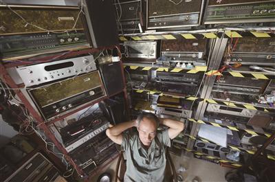 40年收藏5000台收音机。