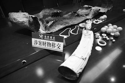 南京海关向江苏省林业局移交查获的象牙制品及鳄鱼皮。吴报辰 摄