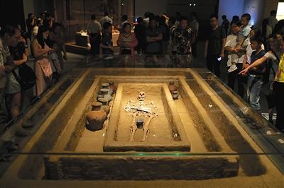 M184墓出土的身高1.9米男子骸骨,其葬式为大汶口文化葬式中的仰身直肢葬。本版摄影/新京报记者 浦峰