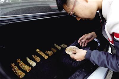 小姜购买的假文物  本报记者 李宗华 摄
