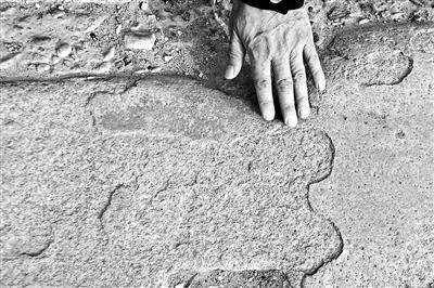 斑驳的花岗岩桥面