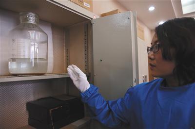出土文物中一件青銅壺中有大量液體,疑為西漢美酒。