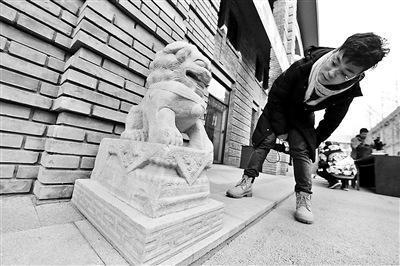 经专家鉴定,2只石狮为清代文物