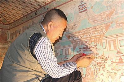 李波在修复壁画。