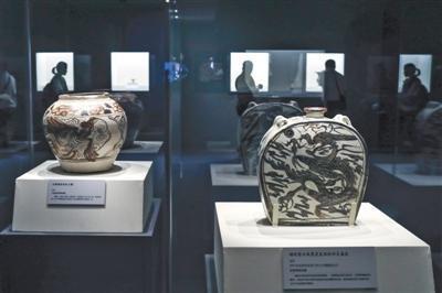 白地褐彩龙凤纹大罐(左)和磁州窑白地黑花龙凤纹四系扁壶(右)。