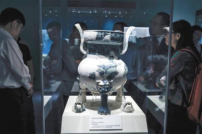 青花海水龙纹香炉,元代,镇江博物馆藏。