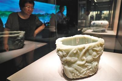 青玉云龙纹瓮是本次展览中展出的最大的单体玉雕文物,具有极高的文物价值。