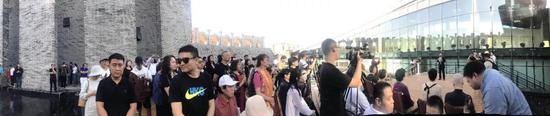 参加开幕式的嘉宾及观众们齐聚整个艺术中心