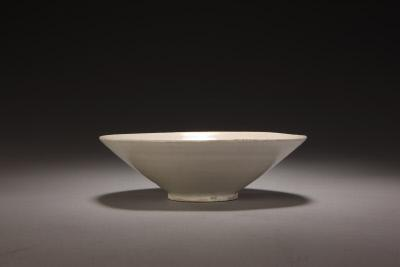 定窑白釉碗,五代,高5.8cm,口径18cm,足径6cm。故宫博物院藏。