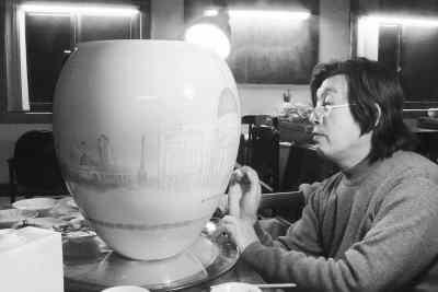 李[宇在绘制汉光瓷瓶