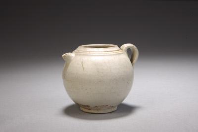 定窑白釉执壶,五代,高6.8cm,口径3.6cm,足径3.8cm。故宫博物院藏。