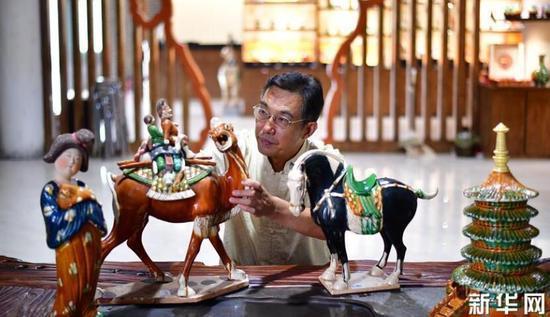 在河南省洛阳市孟津县朝阳镇,唐三彩烧制技艺代表性传承人高水旺在研究唐三彩作品