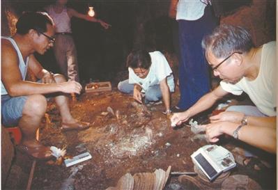 黄展岳(右)与麦英豪(左)在南越王墓主棺室清理出土玉衣。