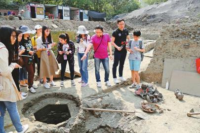 成都鼓楼北一街考古工地,群众听取考古人员讲解。  成都市文物考古工作队 供图