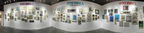 与第一天满当当的墙面相比,最后一天公益展区的墙面几乎被取空。