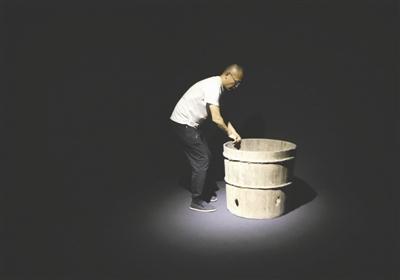 博物馆还在筹备中,杨波在搬运一个木谷桶